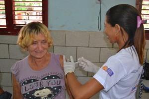 Dona Teca se vacina contra gripe