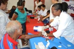 idosos fazem teste de glicemia