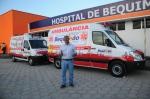 Prefeito Zé Martins à frente de duas novas ambulâncias
