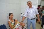 prefeito cumprimenta pacientes