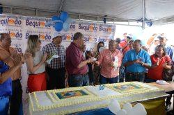 Zé Martins homenageia o ex-prefeito Juca Martins, com o primeiro pedaço de bolo