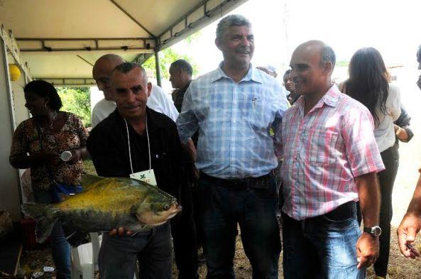 Prefeito Zé Martins durante exposição de produtos de agricultores de Bequimão