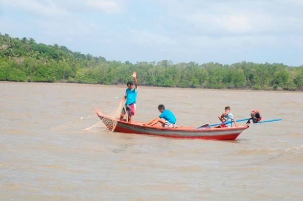 Pescadores em atividade no rio Itapetininga