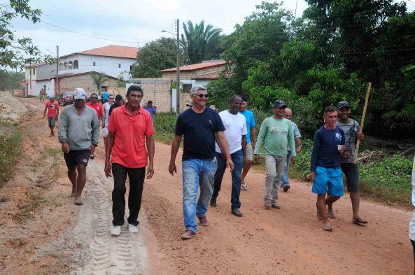 Prefeito Zé Martins acompanhado de seus secretários e moradores da Estiva
