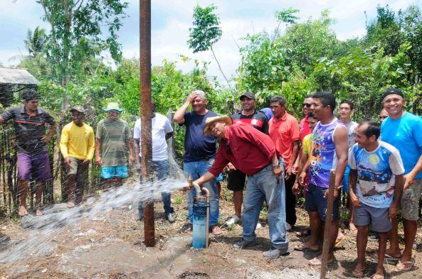 Nonato Lopes ligando o abastecimento de água para a população da Estiva na frente do Prefeito