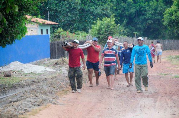 Moradores da Comunidade ajudando os trabalhadores da prefeitura no serviço de encanação