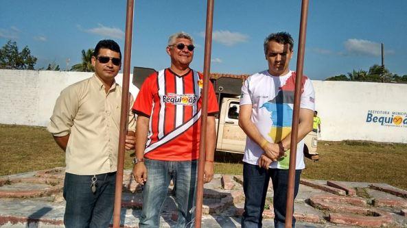 Prefeito Zé Martins com o secretário municipal Kell Pereira e Marcio Jardim (Estado) durante hasteamento das bandeiras