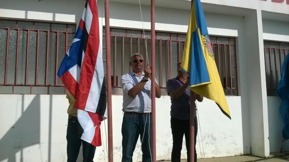 Prefeito Zé Martins no momento do hasteamento da bandeira