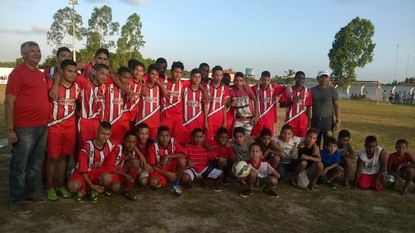 Prefeito Zé Martins ao lado dos meninos da Escolinha de Futebol de Bequimão