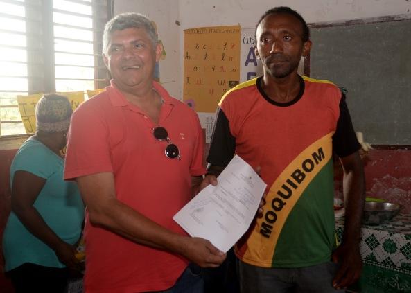 Prefeito Zé Martins ao lado do líder Quilombola do município de Bequimão
