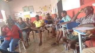 Moradores atentos a reunião com a secretária