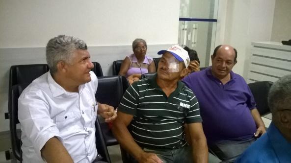 Prefeito Zé Martins ao lado de um paciente da comunidade Macajubal