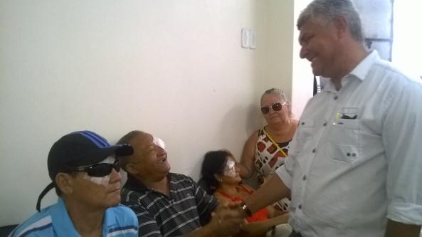 Prefeito Zé Martins cumprimenta os pacientes na sala de recuperação