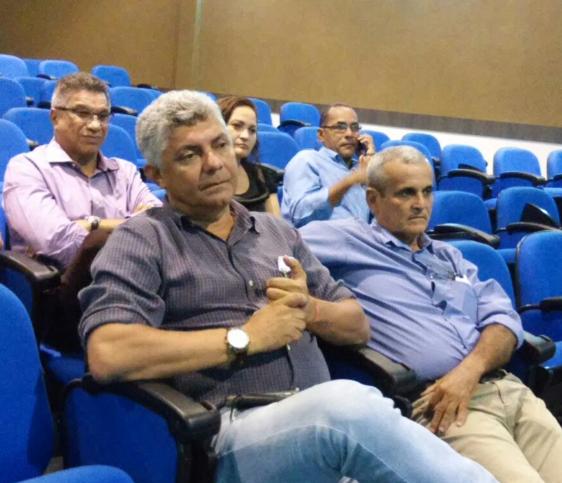 Prefeito Zé Martins, atento aos debates durante encontro em Pinheiro