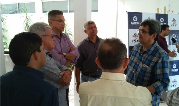 Prefeito Zé Martins em debates com os demais prefeitos presentes no encontro