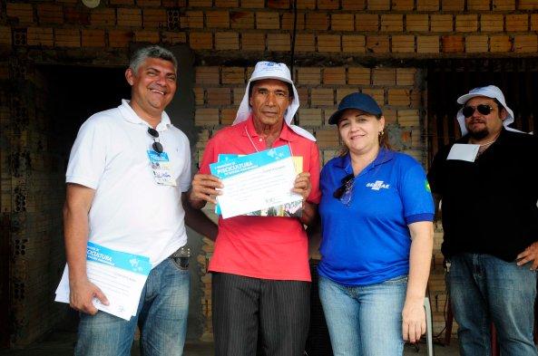 Prefeito Zé Martins, ao lado do Presidente da Associação, Tonho Martins e Gerente Regional do Sebrae, Rosa Amélia