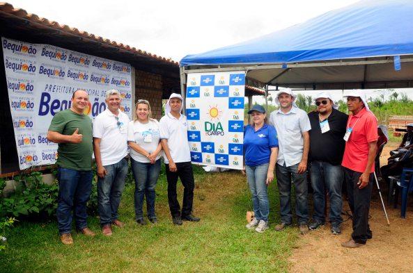 Prefeito Zé Martins ao lado dos gestores técnicos do Sebrae