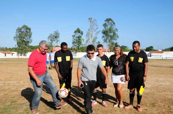 Prefeito Zé Martins batendo bola antes da abertura do Campeonato