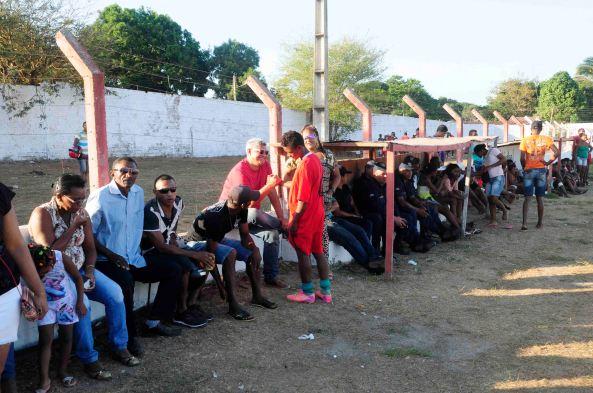Prefeito Zé Martins assistindo as partidas de futebol no meio da galera