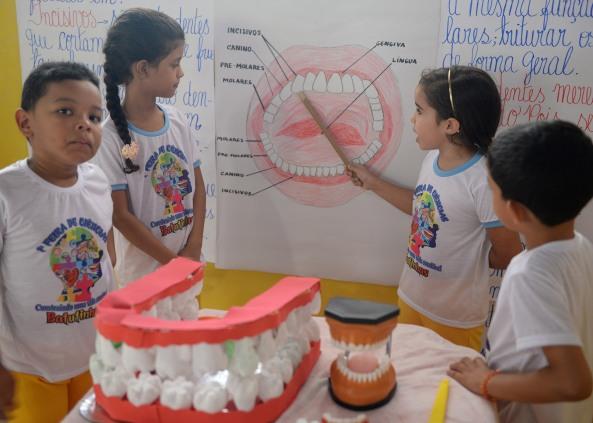 Alunos apresentando a importância da saúde bucal