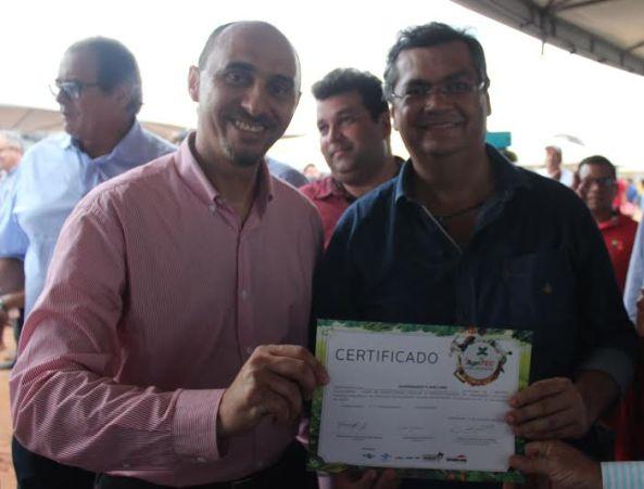 Na foto, Martins entrega certificado de participante da Agritec ao governador Flávio Dino