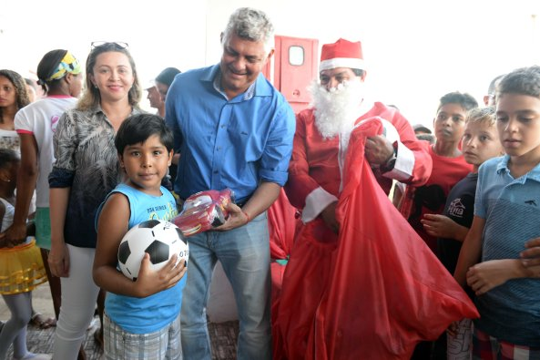 Ao lado do Papai Noel, Prefeito Zé Martins entrega Brinquedos à criançada