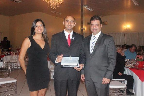 O diretor superintendente do Sebrae no Maranhão, João Martins e a gestora de projeto, Marina Lavareda, recebem os cumprimentos do presidente do Sinduscom, Fábio Nahuz, pela parceria com a entidade em 2015.
