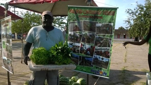 Agricultor Reginaldo Rodrigues mostra com orgulho seus produtos do Projeto Cinturão Verde