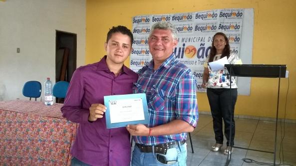 Prefeito Zé Martins entregando o Diploma de conselheiro