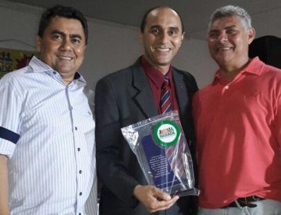Primeiro superintendente da Codevasf no Maranhão e presidente de honra do Fórum da Baixada, o diretor superintendente do Sebrae, João Martins, recebeu a homenagem das mãos do presidente do Fórum, Flávio Braga e do Prefeito de Bequimão, Zé Martins
