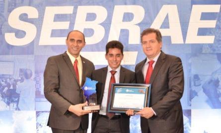 O prefeito de Estreito, Cicero Neco Moraes, recebeu seu terceiro prêmio estadual das mãos do superintendente do Sebrae, João Martins e do secretário de estado da Indústria e Comércio, Simplício Araújo