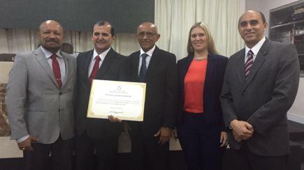 Cláudio Azevedo entre os diretores do Sebrae, João Martins, José Morais e Rachel Jordão, e o presidente do Conselho Deliberativo da instituição, Edilson Baldez.