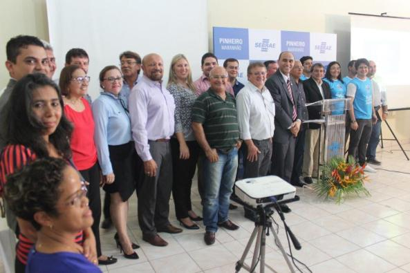 Colaboradores e parceiros homenageados durante solenidade junto com diretoria e autoridades presentes