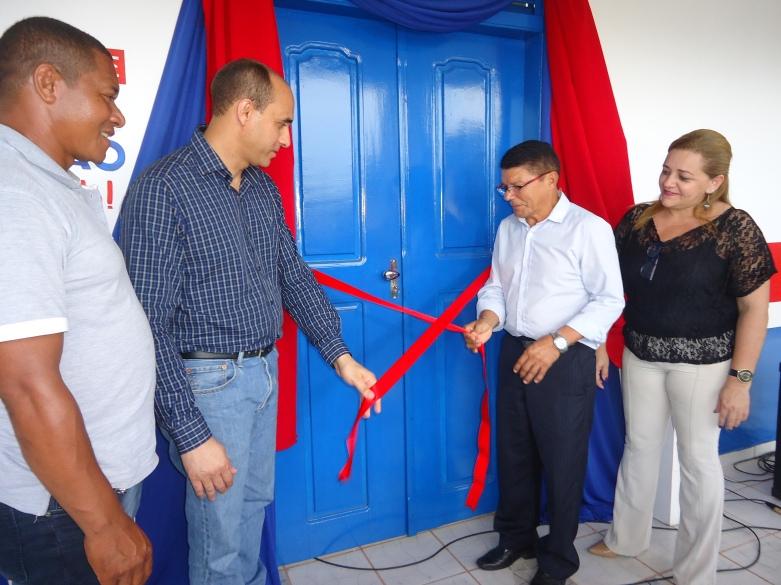O vereador Jubenilson Castro, o superintendente do Sebrae MA João Martins, o prefeito Telino Gonçalves e a gerente regional do Sebrae em Pinheiro, Rosa Amélia Borges, descerram a fita de inauguração da Sala do Empreendedor de Central do Maranhão.