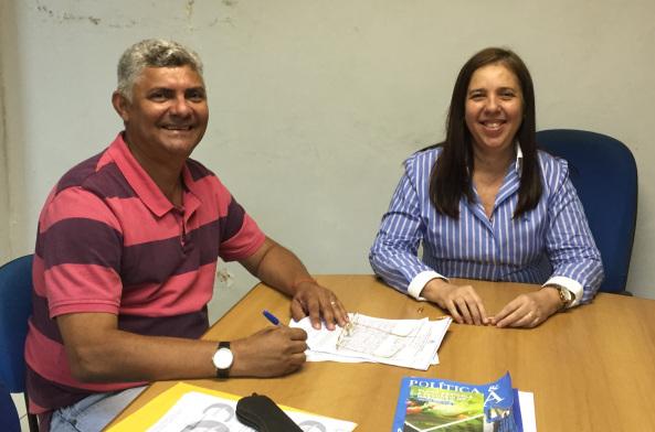 Prefeito Zé Martins e secretária da SECID, Flávia Alexandrina, na assinatura do convênio