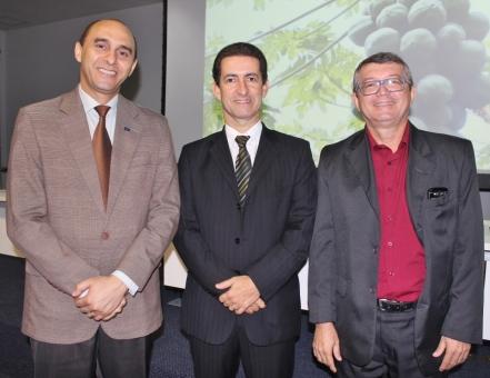 O superintendente do Sebrae, João Martins e o Prof. Gusmão, filho de Bequimão, entre o presidente da Sociedade Brasileira de Fruticultura, Almir Carvalho.