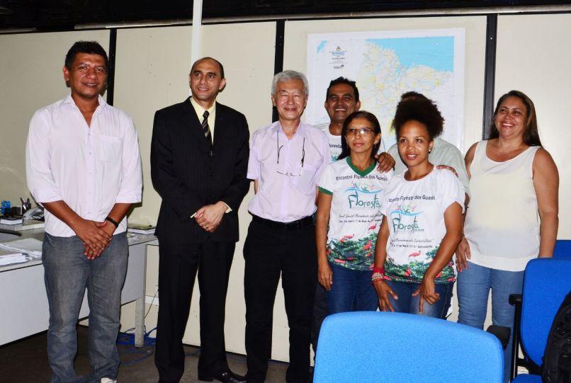 O diretor superintendente do Sebrae, João Martins e o secretario Jorge Kusaba (Centro) e representantes doFórum de Governança daFlorestadosGuarás