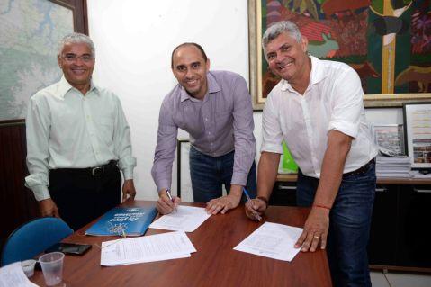 O diretor superintendente do Sebrae no Maranhão, João Martins, e o Prefeito de Bequimão, Zé Martins, oficializam a adesão do município à Rede Simples