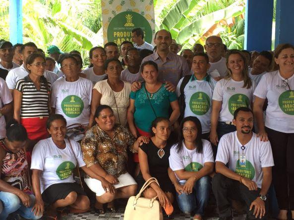 O diretor superintendente do Sebrae no Maranhão, João Martins, com os produtores de abacaxi de Turiaçu que participaram do encontro tecnológico sobre a fruta