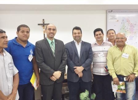 Grupo de ovinocaprinocultores de Bequimão, entre eles o presidente da ACCOCBEQ, Leônidas Almeida, com o secretário Adelmo Soares (SAF) e o diretor superintendente do Sebrae, João Martins.