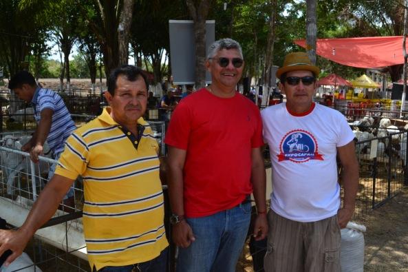 Prefeito Zé Martins ao lado dos criadores de caprinos Antônio Edilson & Valbenor Almeida (Bicó)