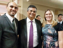 O governador Flávio Dino com os diretores do Sebrae MA, João Martins (superintendente) e Rachel Jordão (Administração e Finanças), celebrando a parceria de capacitação dos ambulantes do Terminal de Cujupe.